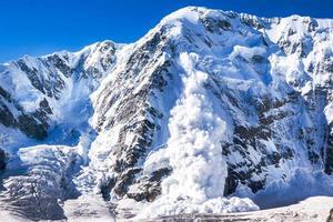 Kraft der Natur. Lawine im Kaukasus foto