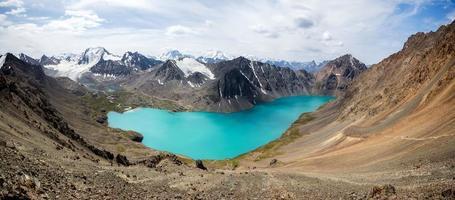 Wunderschönes Panorama des Ala-Kul-Sees in Kirgisistan foto