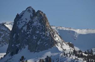 steiler felsiger Gipfel foto