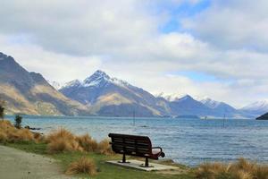 einsamer Sitz am See an einem Wintertag
