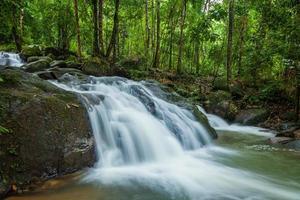Seitenansicht des Krating-Wasserfalls foto