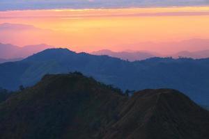 bunter Sonnenuntergang bei den westlichen Bergen von Khao Chang Phuak von Thailand