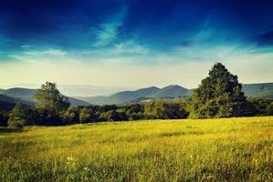 Morgen in den Bergen mit Sonnenaufgang foto