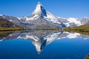 Touristen vor dem Matterhorn foto