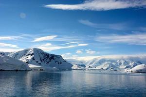 schneebedeckter Berg in der Antarktis foto
