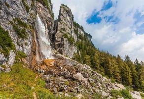 Gebirgsbach bildet einen Wasserfall foto