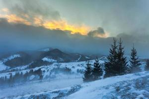Schneesturm. Winter in den Bergen foto