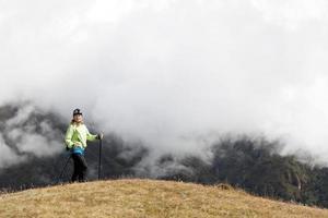 Frau, die in Himalaya-Bergen wandert foto