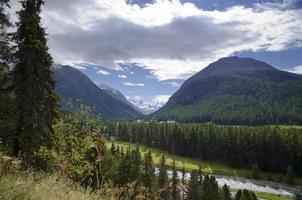 Fluss und schneebedeckter Berg