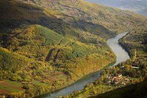 Berg Tara und Drina Fluss foto