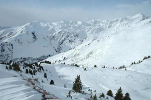 Tal in den Alpen im Winter