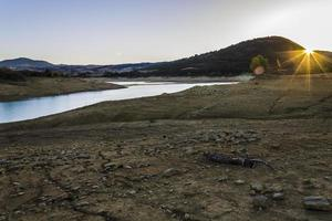 Sonntagsspaziergang entlang des Flusses im Herbst foto