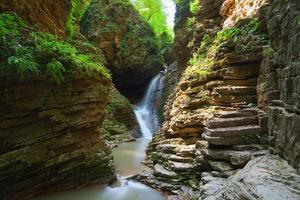 Schöner Wasserfall ist in Russland