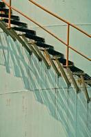 Treppe auf Lagertank der Zuckerfabrik, die Schatten wirft foto