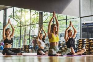 Gruppe von verschiedenen Menschen, die Yoga praktizieren