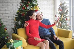 attraktives kaukasisches Paar, das Weihnachten feiert foto