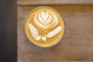 Draufsicht auf eine Tasse heißen Latte