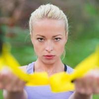 Training mit Fitnessgurten im Freien. foto
