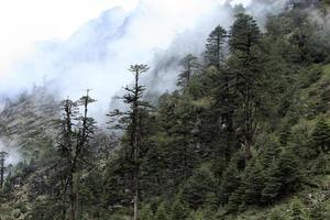 schneebedeckter Berg im Nebel-Himalaya-Gebirge, Sikkim, Indien foto