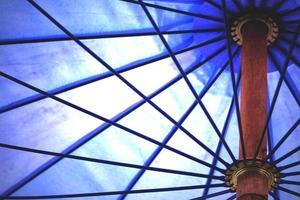 Detail des blauen Regenschirms, abstrakter Hintergrund. foto
