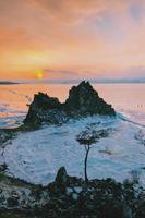 schneebedeckte Berge in der Nähe des Baikalsees foto