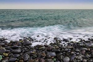 Steinküste des Ozeans mit Wellen