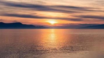 landschaftlich reizvoller Sonnenuntergang am Meer foto