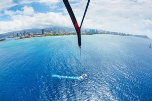 Parasailing über dem Ozean in Hawaii