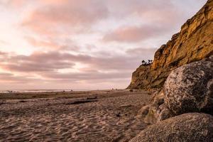 August Sonnenuntergang am schwarzen Strand foto
