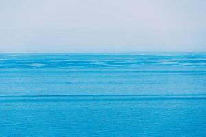 Meer Ozean und blauer klarer Himmelhintergrund foto