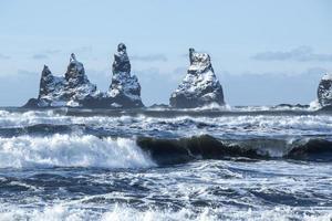 Drei Gipfel von Vik mit rauen Wellen, Südisland