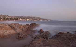 neblige Felsen am Strand der Lagune