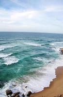 Wellen entlang des Sandstrandes in Portugal