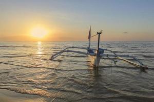 bateau au crépuscule foto