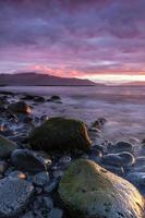 bunter Ozeansonnenuntergang am Vulkanstrand in Island