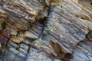 farbige Felswand aus Granit und Schiefer foto