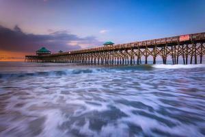der Angelpier bei Sonnenaufgang, in Torheit Strand, South Carolina. foto