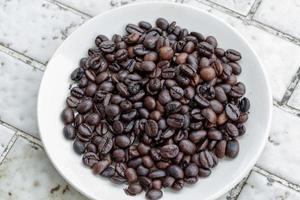 gießen Sie Kaffeesatz in das Pflanzenmabel foto