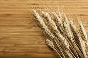 Weizen auf dem Holzhintergrund foto