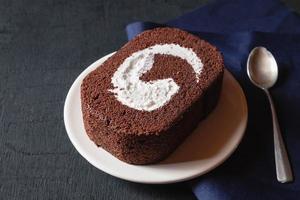 Schokoladenkuchen auf schwarzem Tisch. foto