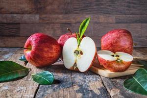 rote Äpfel auf einem Holztisch foto