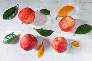 rote Äpfel auf einem weißen Holztisch