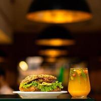 Rindfleischsandwich mit Orangensaft foto