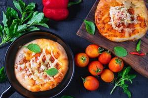 Pizza in einer Pfanne mit Pizza