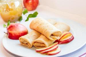 Mit Apfelscheiben umwickeln