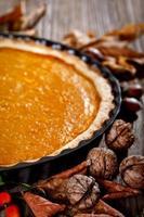 Thanksgiving-Kürbiskuchen auf einem Holztisch foto