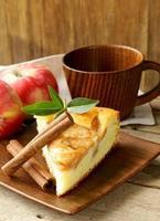 Stück hausgemachten Apfelkuchen mit Zimt foto