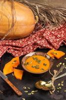 frische Orangenkürbissuppe in einer Schüssel foto