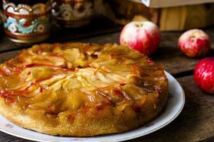 hausgemachter Apfelkuchen auf hölzernem Hintergrund foto