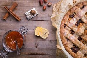 Apfel- / Birnenkuchen in einer Backform mit Zutaten. foto